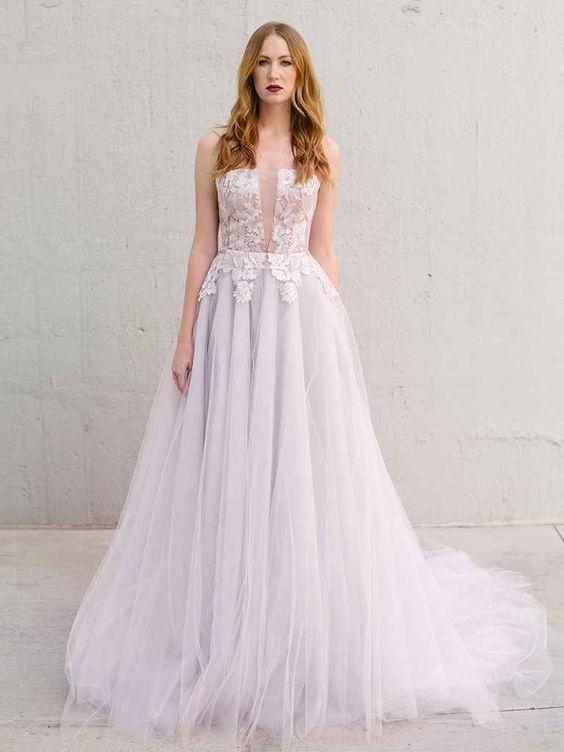 Đây là một chiếc váy cưới màu trắng xám với những thiết kế thêu tỉ mỉ ở phần trên. Trông bạn sẽ như một cô công chúa ngủ trong rừng vậy