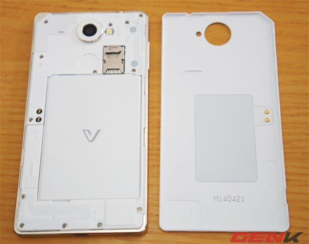 Giống như đối thủ Galaxy S5, Vega Iron 2 cũng có thể tháo pin rời. Điều này phần nhiều giúp người dùng có thể thay thế pin phụ dễ dàng.