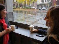 Starbucks bắt đầu triển khai 100.000 trạm sạc không dây cho smartphone