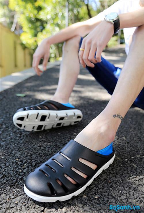 Giày dép nhựa không chỉ dành cho các bạn nữ mà còn rất hợp với các bạn nam