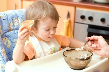 Tại sao một đứa trẻ 8 tháng tuổi lại từ chối ăn?
