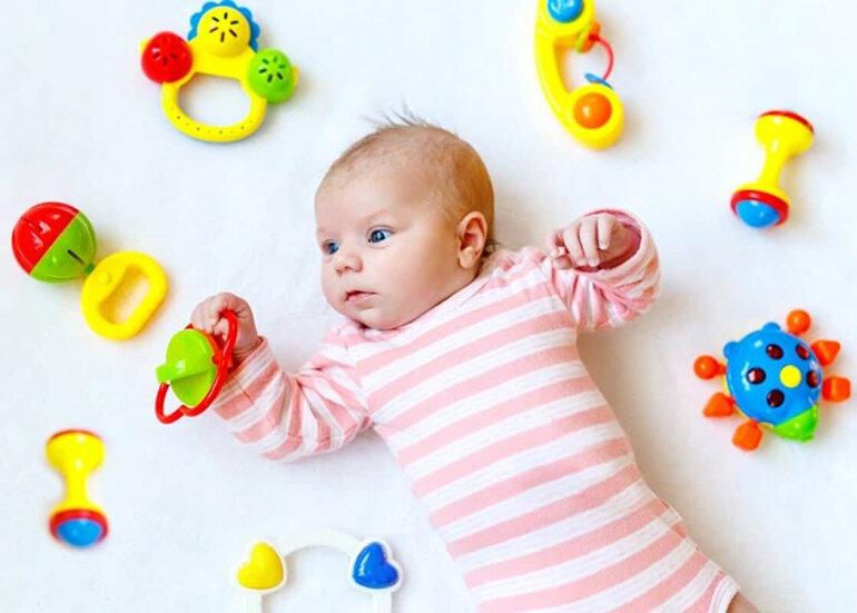 Đồ chơi nên chọn cho bé 1 tháng tuổi là những loại đồ chơi treo nôi, đồ chơi xúc xắc.