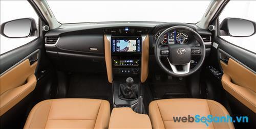 Nội thất sang trọng cùng với bảng điều khiển trên Toyota Fortuner 2016