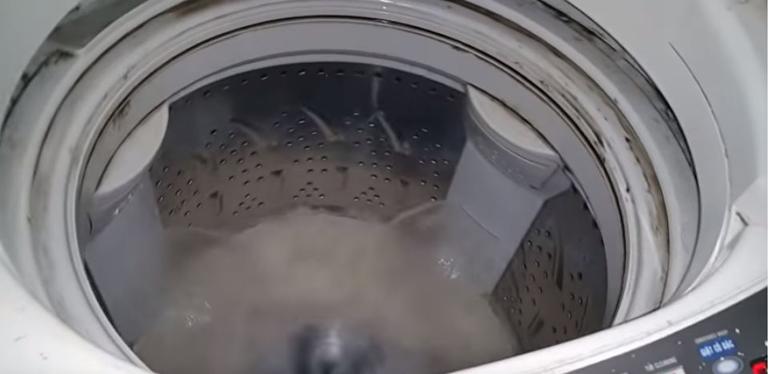 Vệ sinh máy giặt bằng tính năng vệ sinh tích hợp sẵn ở máy