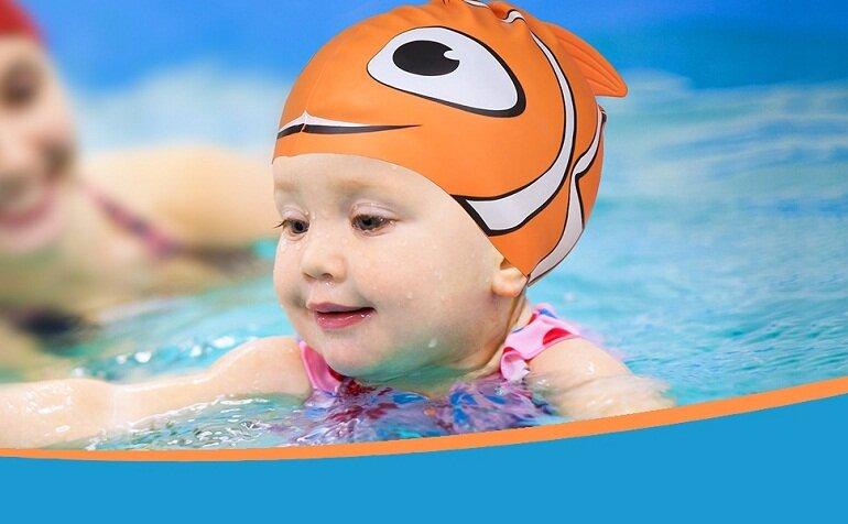 Mũ bơi giúp đảm bảo an toàn cho bé khi bơi
