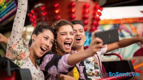 Ống kính góc rộng với tiêu cự 25mm giúp bạn thu được những bức ảnh selfie với khung hình rộng và nhiều chi tết hơn