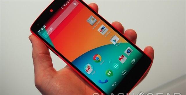 Nexus 5 màu đỏ không có nhiều khác biệt về thiết kế với 2 bản Nexus 5 trắng và đen.