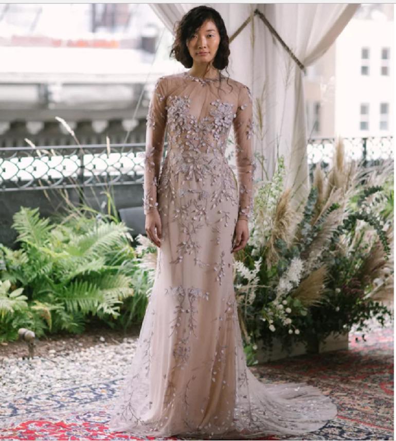 Một bộ váy cưới màu da với những bông hoa nhỏ đính lên váy thì sao? Trông vừa gợi cảm lại vừa xinh đẹp phải không?