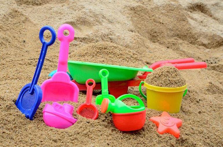 Đồ chơi xúc cát kích thích các giác quan của bé rất tốt.