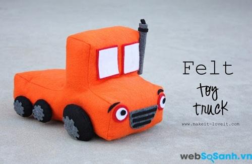 Một chiếc ô tô bông cho bé trai