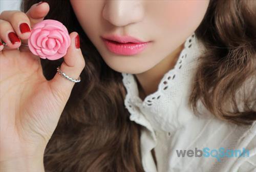 Tinted Pink là màu hồng cánh sen ngọt ngào rất hợp với những cô nàng nữ tính chuộng phong cách trang điểm tự nhiên như không.