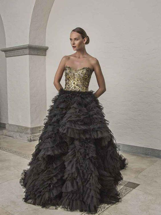 Bạn có từng nghĩ mình sẽ mặc màu sắc đen vàng trong tiệc cưới không? Chắc là chưa bao giờ đúng không? Tuy nhiên tone màu này lại thực sự gây ấn tượng về sự phá cách và độc đáo, đặc biệt trông nó còn rất sang trọng và quý tộc nữa!