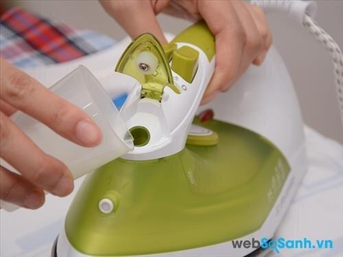 Với nhu cầu là ủi gia đình, bạn nên chọn bàn là hơi nước có dung tích từ 250 - 350ml