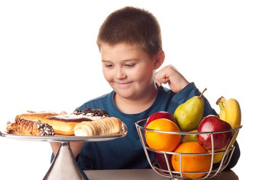 Trẻ thường có thói quen ăn đồ vặt vì có cảm giác lạ miện