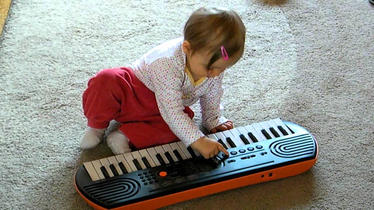 Bé yêu tập làm quen với đàn organ mini Casio SA-77