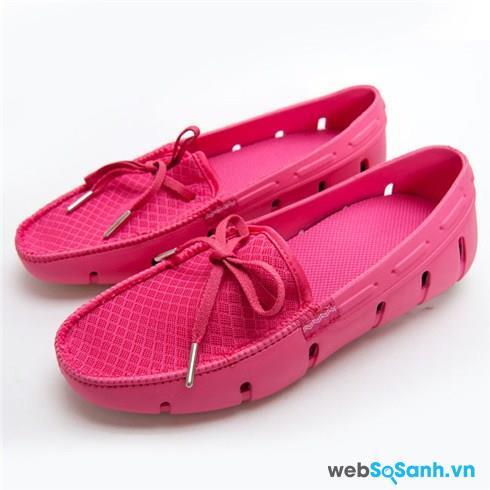 Đi giày nhựa vào những ngày mưa sẽ giúp bạn thoải mái hơn, không phải khó chịu vì phải thấm nước