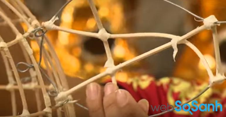 Dùng dây thép uốn hình các bộ phận tai lân, sừng lân, lưỡi lân,...