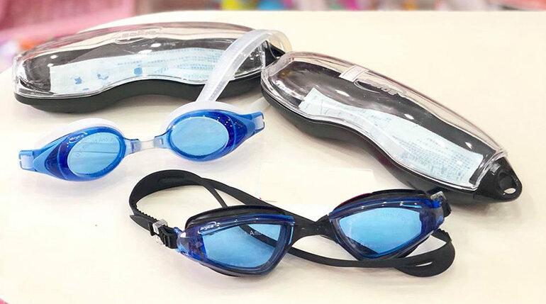 Chọn kính bơi cho bé có chất liệu an toàn
