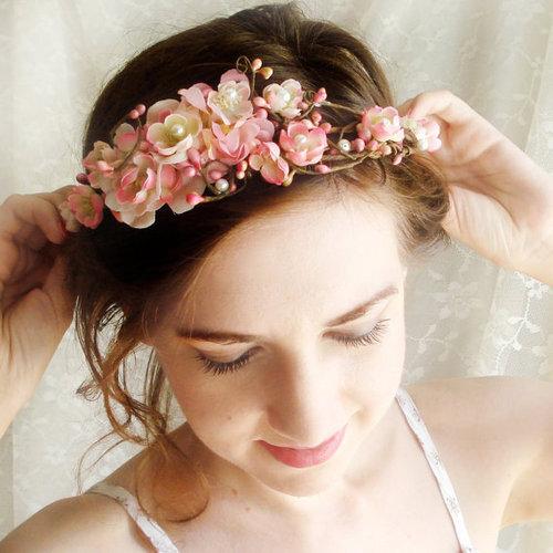 Kiểu tóc búi sang trọng sẽ giúp các cô dâu có khuôn mặt tròn tỏa sáng!
