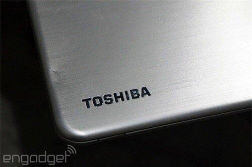 Logo Toshiba nằm ở phía trên bên phải góc máy