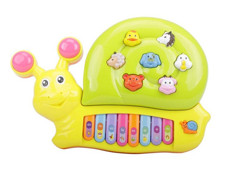 Đồ chơi đàn nhỏ phát ra âm thanh thu hút bé.