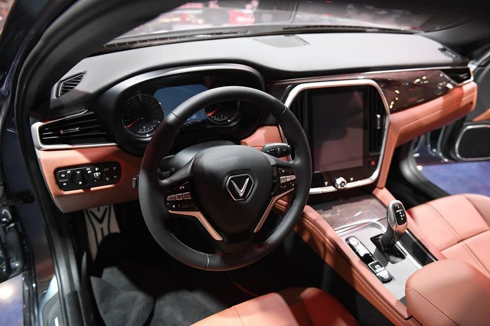 """Xe VinFast Lux A2.0 có logo hình chữ """"V"""" nổi bật tạo nên một điểm nhấn đặc biệt thu hút người nhìn"""