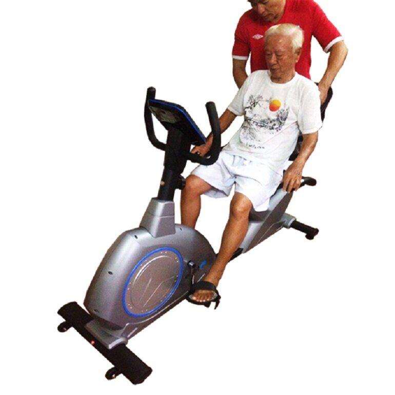 Nên chọn xe đạp tập thể dục có phần tựa lưng cho người già