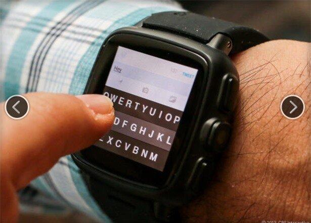 Thử đánh máy bằng bàn phím Fleksy. Việc gõ phím cũng rất khó khăn. Nếu muốn thuận lợi hơn bạn có thể kết nối với bàn phím ngoài qua Bluetooth.
