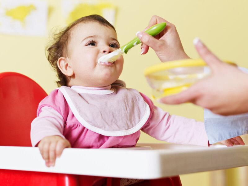 Cho bé ăn cháo xay để tăng thêm nguồn dưỡng chất