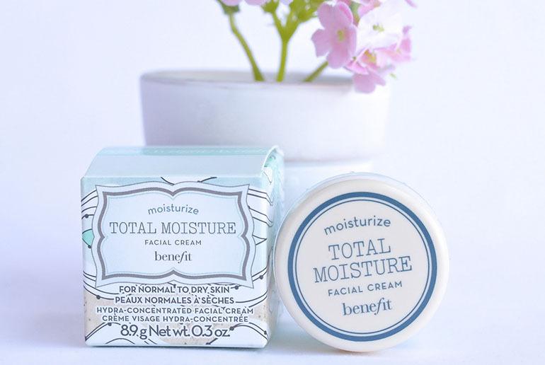 Kem dưỡng ẩm cho da mặtBenefitTotal Moisture nhẹ nhàng chăm sóc và bảo vệ làn da của bạn