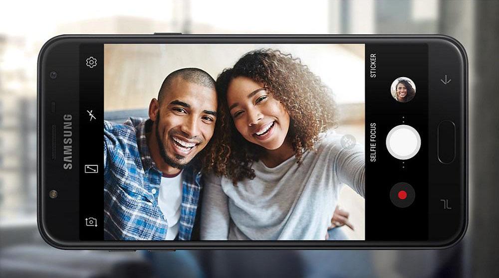 Thỏa sức selfie cùng Samsung Galaxy J7 Dou