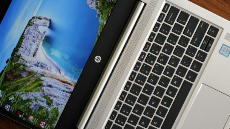 Bàn phím chiclet và touchpad nhạy