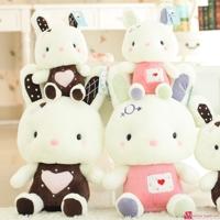 Thỏ bông mặc áo tim
