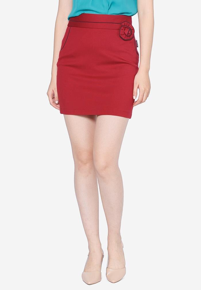 Chân váy ôm màu đỏ cạp xếp hoa The One Fashion VDS0971DD1M