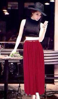 Set bộ áo croptop ren và chân váy maxi đỏ