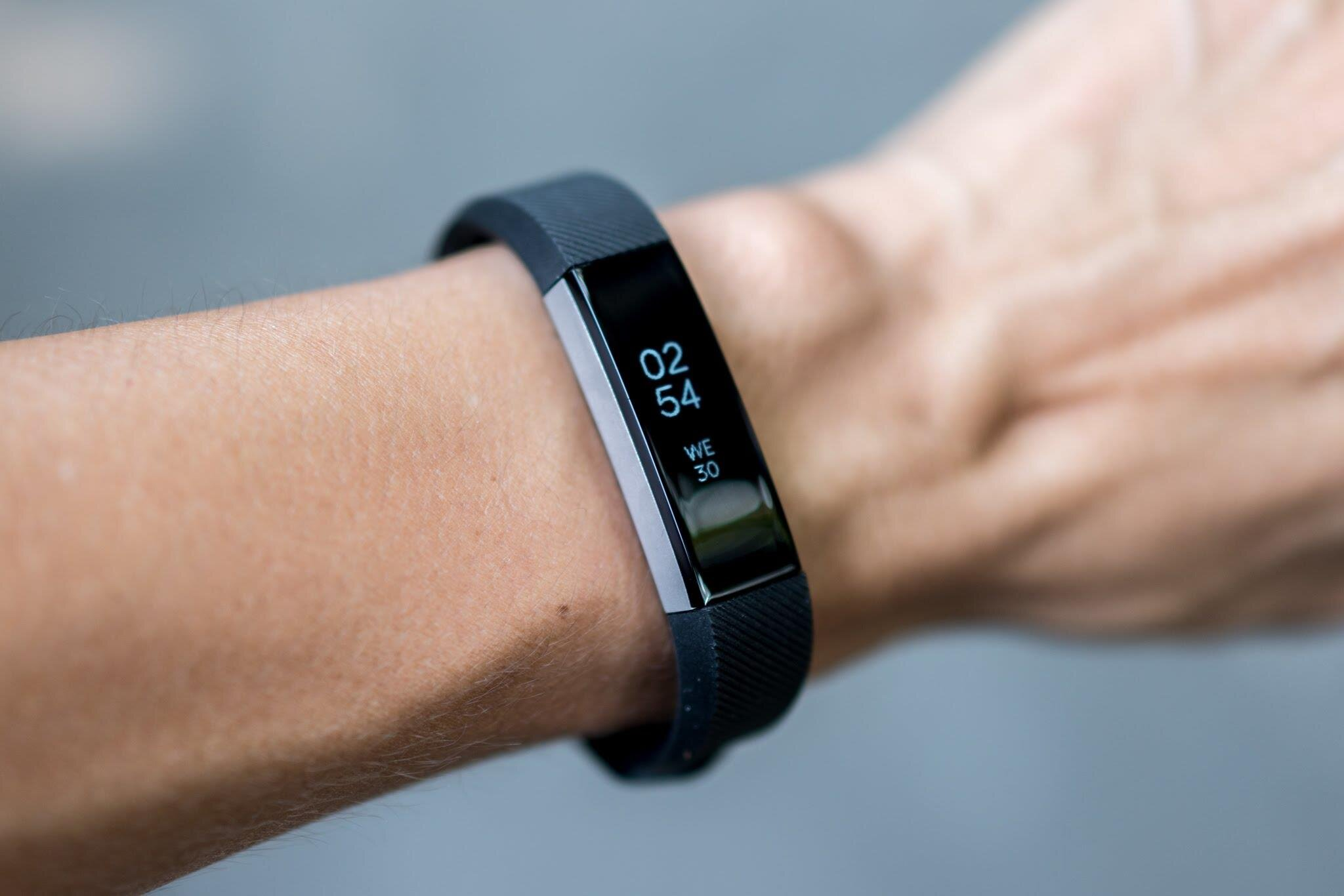 Vòng tay theo dõi sức khỏe Fitbit Alta HR