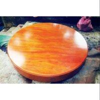 Mặt bàn gỗ thông đỏ.
